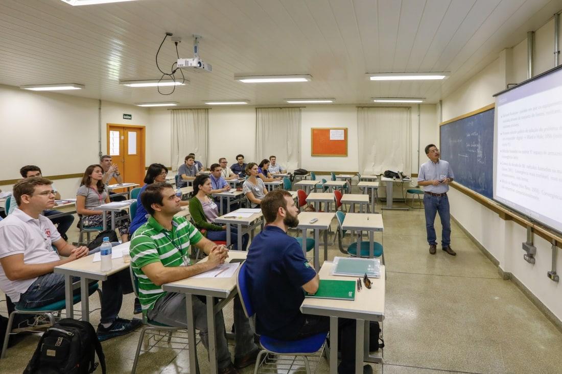 Doutorandos em Engenharia Elétrica assistem à aula inaugural do curso