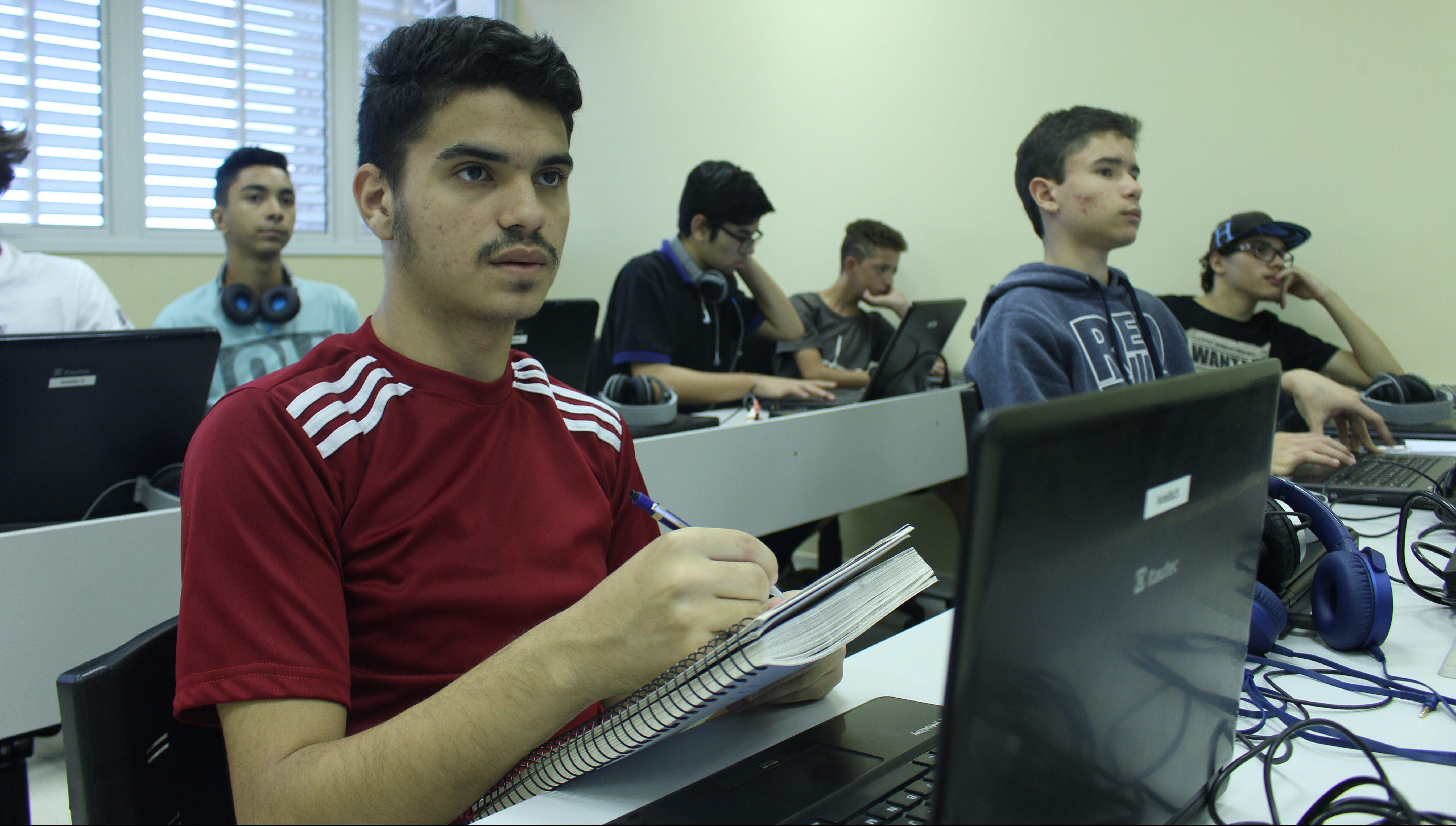 Alunos da rede pública ganham bolsas de estudo para aprender matemática na USP