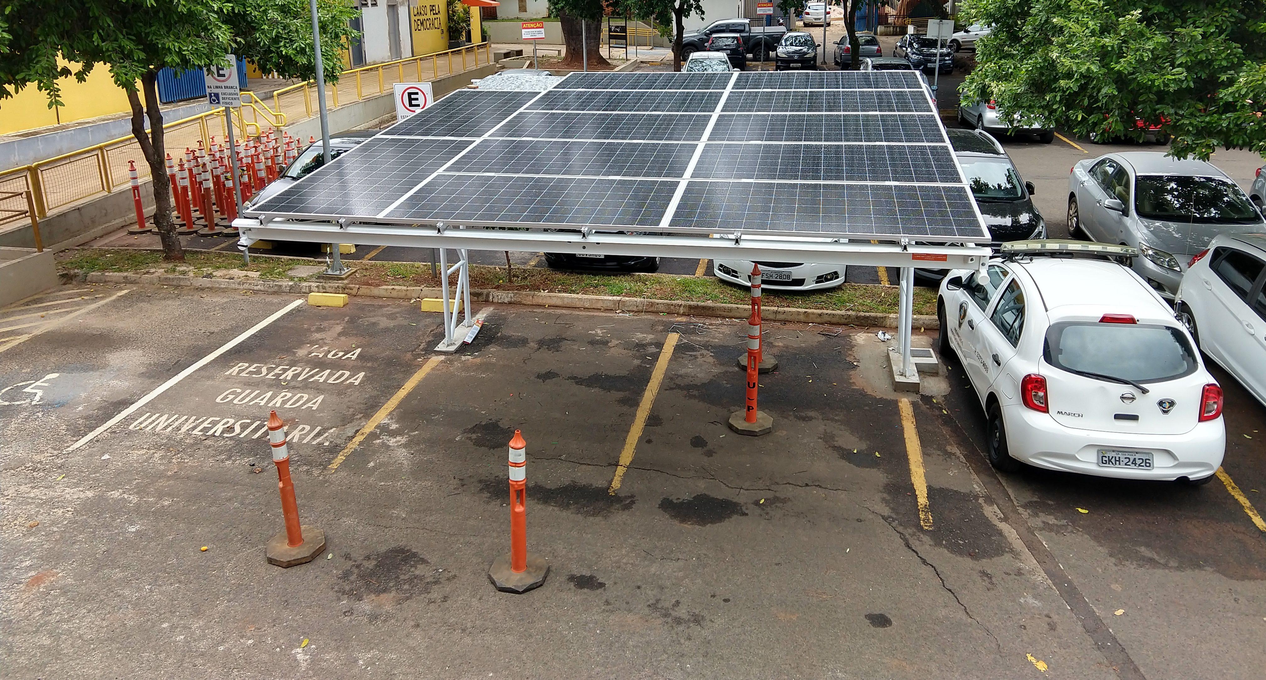 Garagem coberta com painéis solares é instalada no SEL